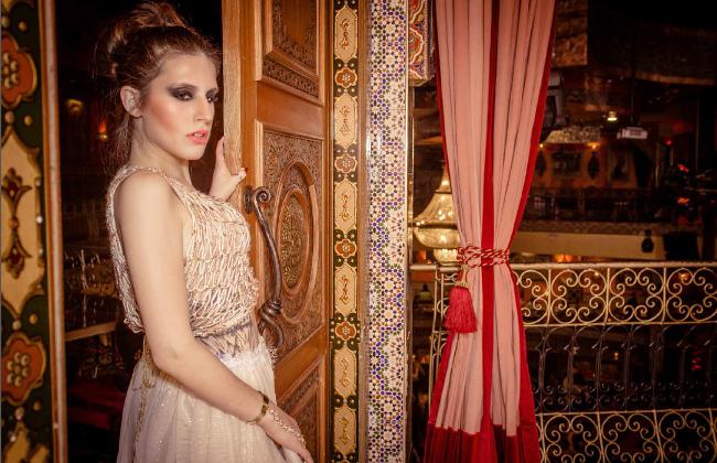 La lavorazione del legno, gli arazzi, mosaici e sono ciò che è accattivante per stilisti di moda che utilizzano toni mediorientali nel design. Questa stretta di j-na resort couture usura è un esempio.