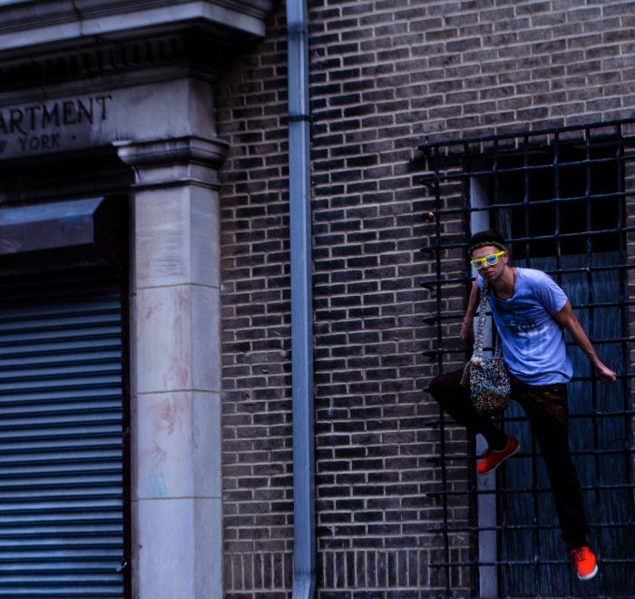 Editorial couture Masculino con materiales reciclados y batik mensajes empoderamiento lema personalizadas.