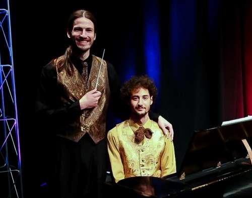 El Maestro y el pianista de la producción flauta mágica de Mozart en lazos de alta costura de los hombres GSB.