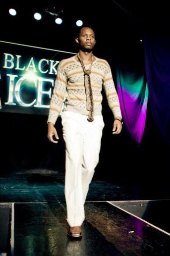 GSb Men's Couture pasarella con sueter hecho a mano con pantalones de lino y la firma GSb corbata de piel compasivo.