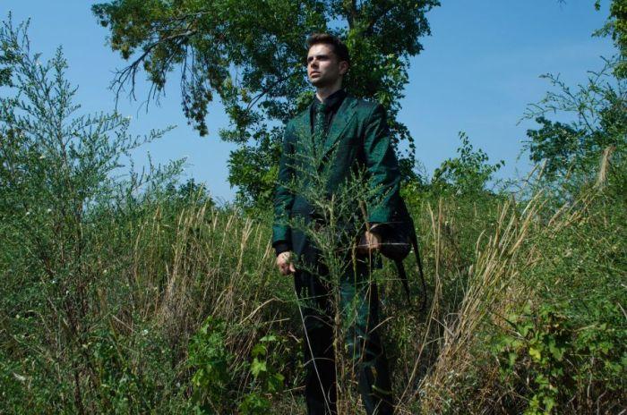 Que pone de relieve los trajes de moda ecológica personalizado que le ponen en la naturaleza entre el bosque, tuve un momento de diversión fingiendo yo era un árbol digno con nobleza de la naturaleza.