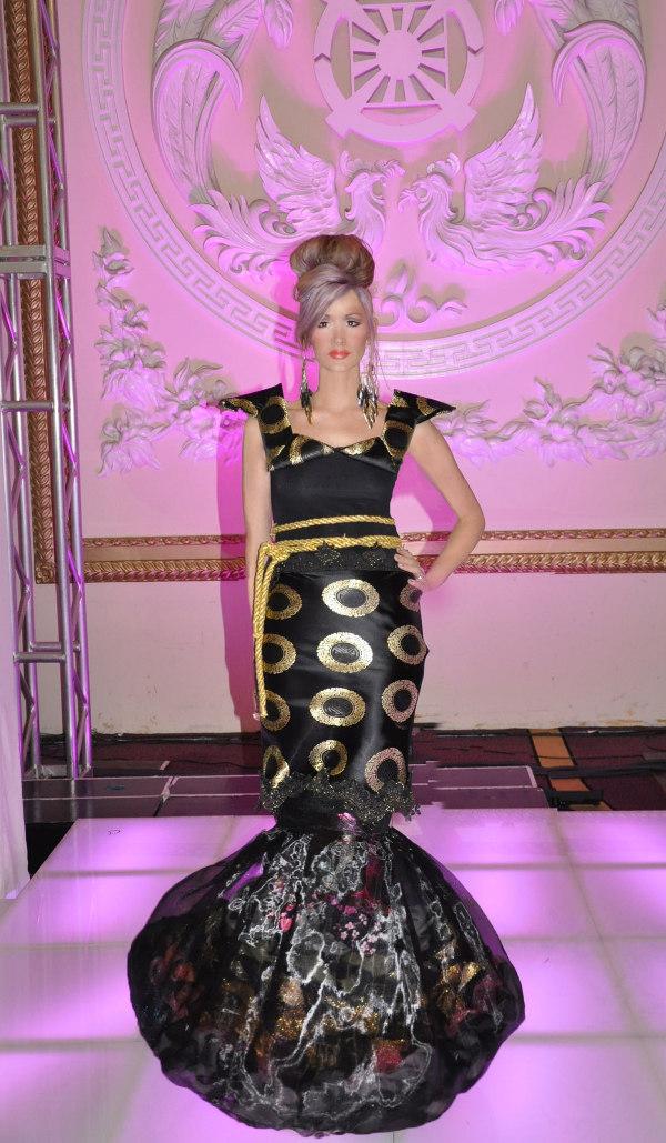Cristy Corso artista fue invitada a caminar la pista de desfile en NYCFW 2013 por su vestido j-na couture.