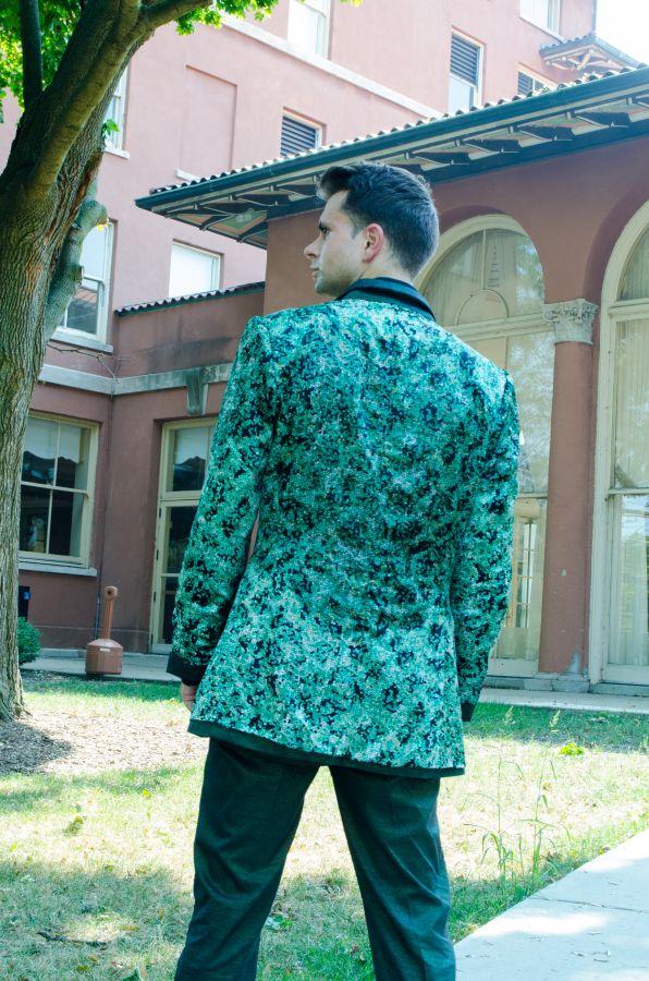 Esta chaqueta de seda natural reversibles significa el bosque y las fibras de seda fuerte significa la longevidad del planeta en manos de los responsables de la vida Eco-Couture Libertad.