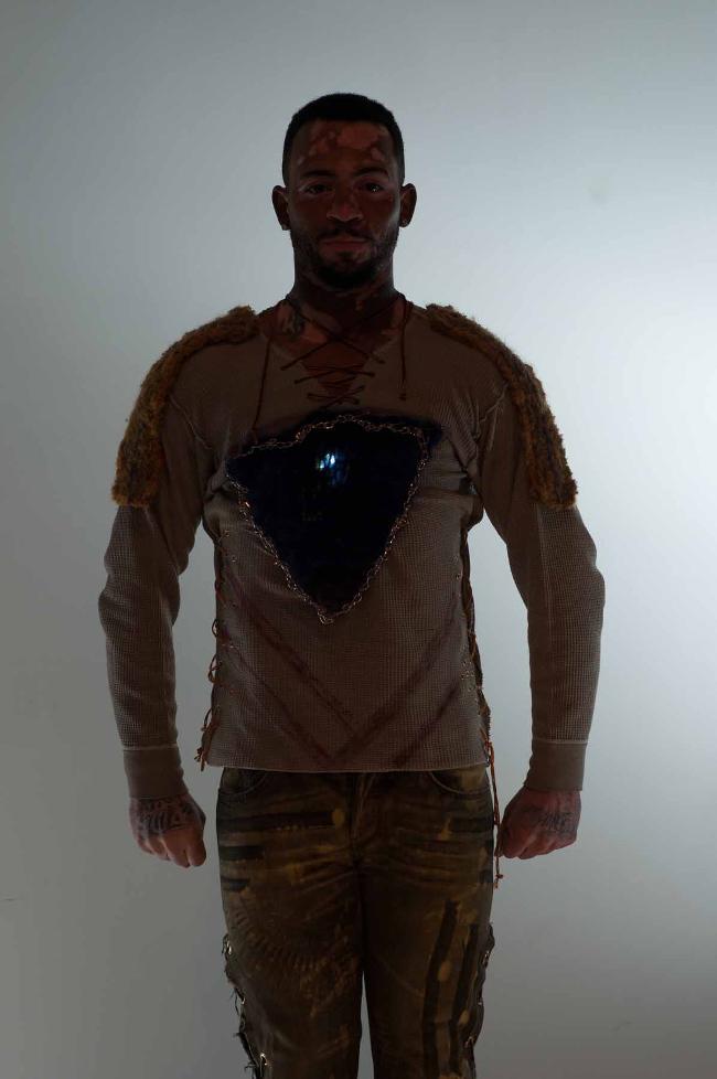 Il LED NFC Tech Grunge Henley con i jeans rocker.