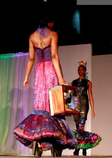 Artículos del arte en una pista Couture, interesante tejida sirenas j-na de alta costura. Objetos de arte Corso Studios.