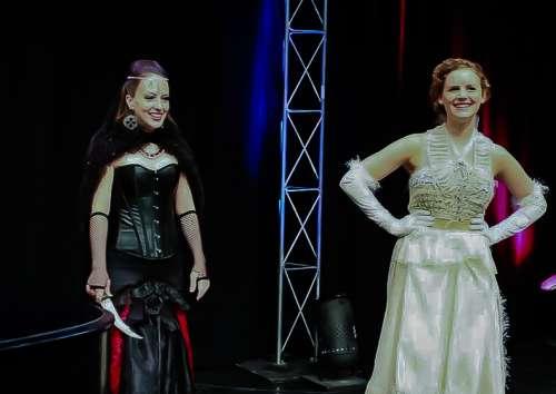La reina de la noche y la Princesa de La flauta mágica de Motzart en WGN mediodía fix Chicago 2013 lleva j-na de alta costura, la Ópera de Cámara Americana.