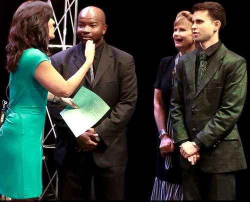 J-na y Cal en WGN TV promoción de los trajes de alta costura de La flauta mágica de Mozart en Inglés en Chicago.