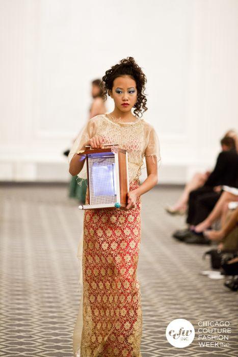 Una Real asiática en un couture fusión cultural j-na con una escultura de luz Corso. Inspiración pista.