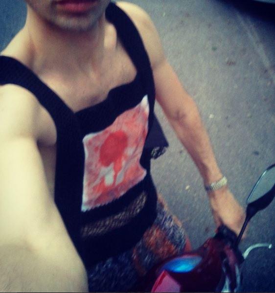 Estilo de la calle en mi bicicleta eléctrica, con mi amigo del arte del oso de Cristy en solar impreso y desarrollado en el camiseta de tirantes de eco-couture.