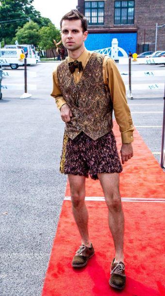 Designer Cal Garica sul tappeto rosso per il non-OGM Organico in seta bamboo organico e tessuti a mano pantaloncini eseguire insieme con il punto papillon di firma, insieme a un gilet di broccato.