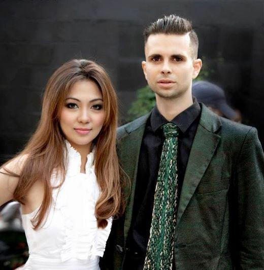 Cal Garcia en su traje verde de mezclilla con una corbata de punto a mano en el evento de la moda con el diseñador Aimee Cua.