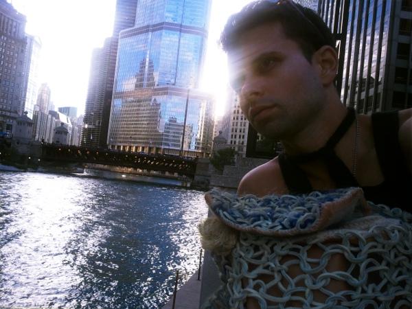 Torre Trump Chicago con bolso couture GSb