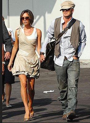David Beckham hace un alarde realmente genial en sus Ray Ban y los pantalones vaqueros! Aquí se ve aún más notable debido a que el chaleco que eligió. Se tira este look casual juntos.