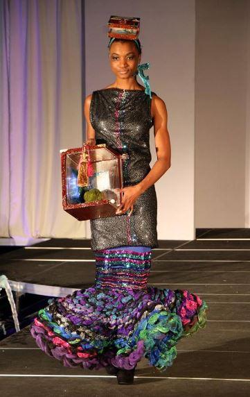 j-na pista arte de alta costura Cristy Corso Objetos de arte en el de Alien princesa sirena Couture.