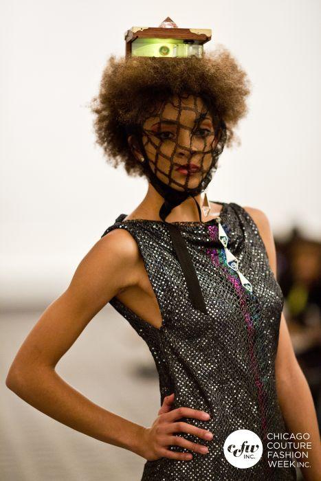 La Extraterrestre Couture Princesa con j-na y la pieza de la cabeza de Cosro Studio.