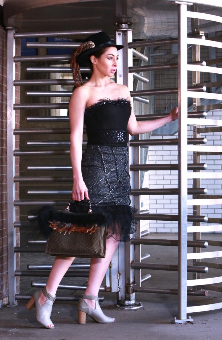 Il corsetto cintura Swarovski è versatile e lusinghiero in un qualsiasi numero di opzioni di stile.