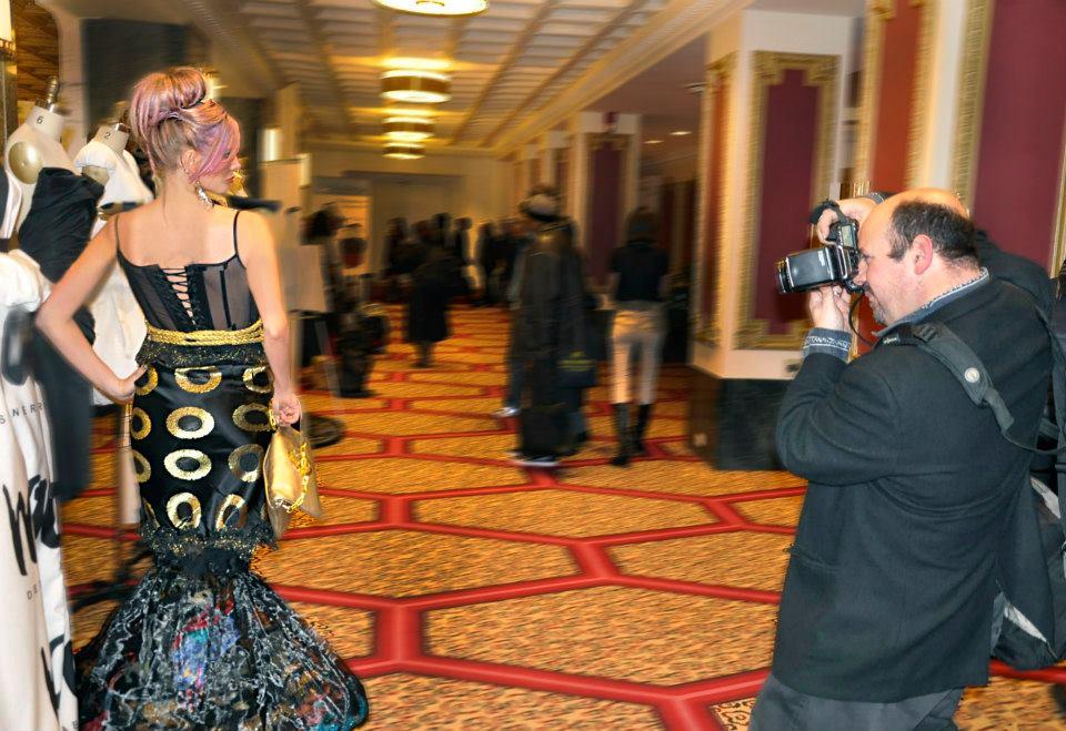 La parte posterior del vestido hecho en un corsé pura fue el contraste elegido para agregar otro elemento de misterio y encanto femenino con el tema guerrera emperatriz como se ve en los haute couture fotos.