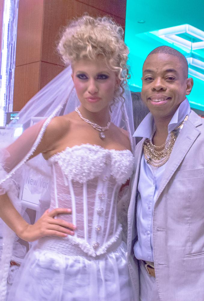 Delvon Johnson alla Couture Fashion Week debutto indossabili Tecnologia NFC indumenti abilitati dal j-na couture durante la New Your Fashion Week 2014.