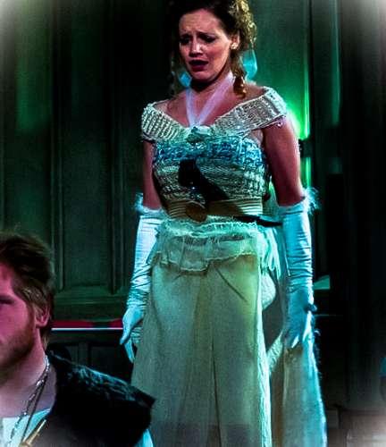 La princesa desconsolada en La flauta mágica de Mozart en el j-na costura brillando en cristales de Swarovski!
