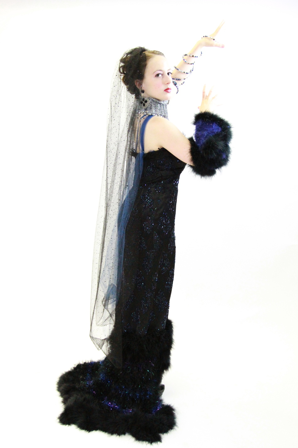 Cantante de la Opera Holly Flack en su j-na couture para la produccion Magic Flute.
