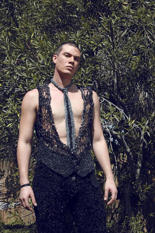 Look 1 couture editoriale per gli uomini: a mano a maglia couture su misura in pelle alpaca pelle di daino, gilet di seta di bambù, velluto indietro $ 1'750.  Faux mongoli pantaloni agnello circa 2.500 dollari fibre naturali.  Handwoven
