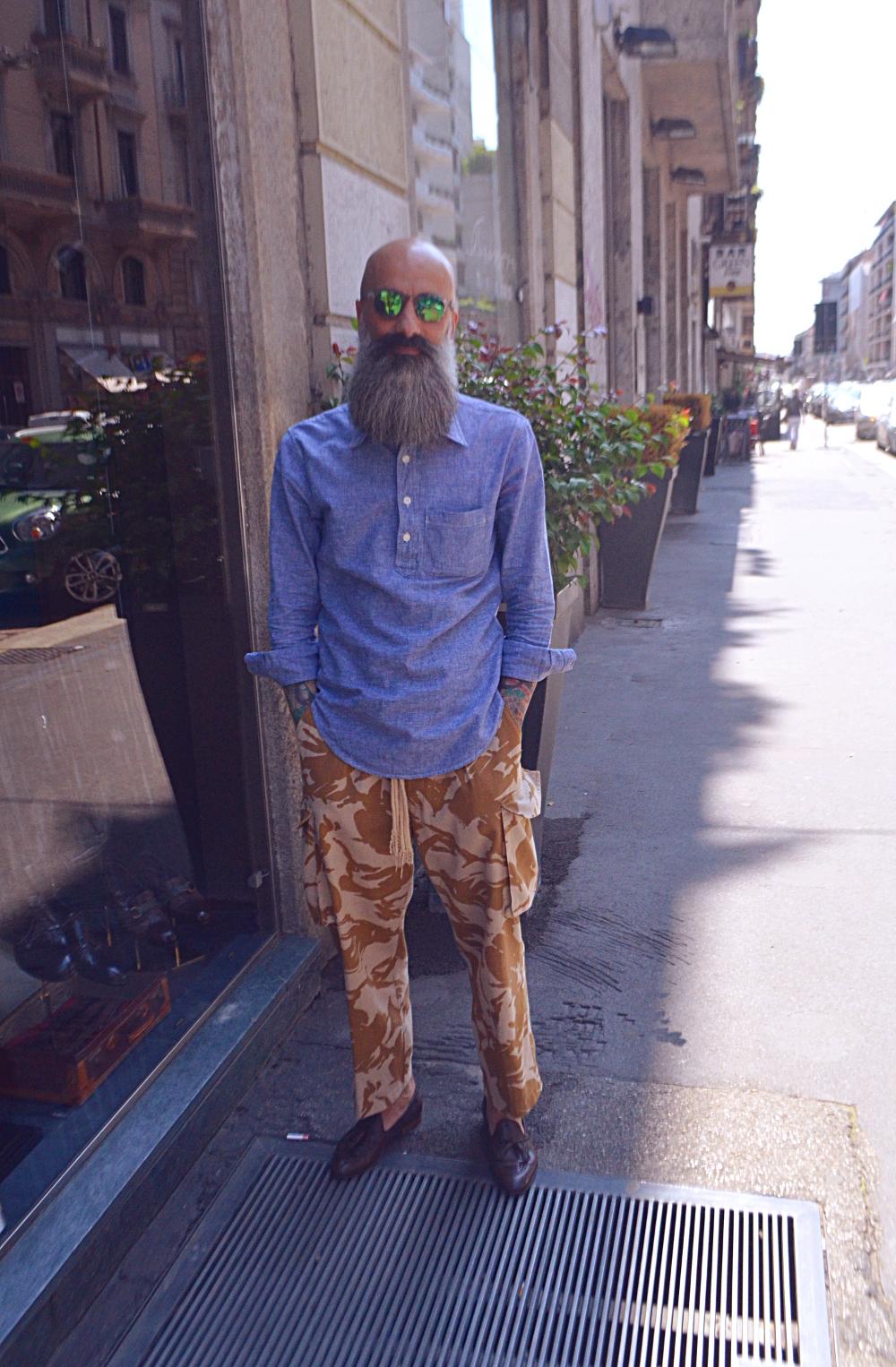 Milano moda uomo streetstyle valutazione delle personalia basatti nelle abbigliamento.