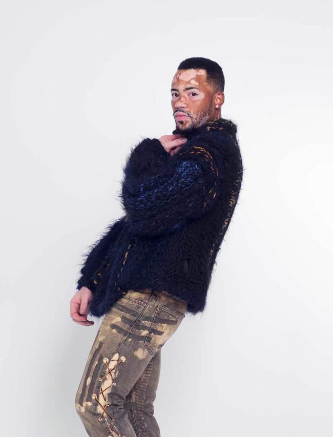 La lana de alpaca negro y de neón y abrigo de piel mano compasiva coloreados del estilo de vida de alta costura de punto.