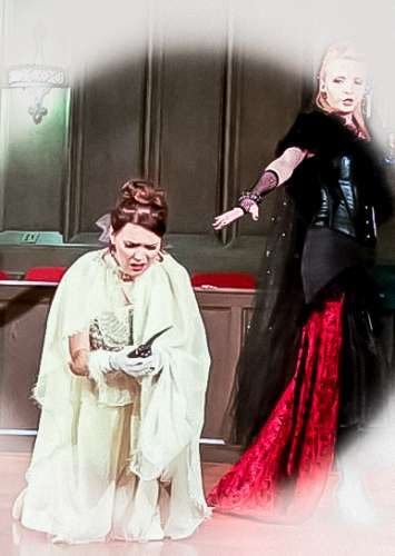La regina della notte Flauto Magico j-na couture principessa convince uccidere per avanzare la loro ricerca di potere. Dal Flauto Magico di Mozart al couture j-na.