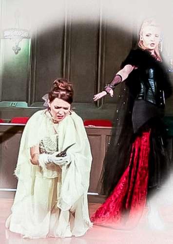 La reina de la noche mágica flauta j-na costura princesa convence a matar para avanzar en su búsqueda de poder. De la Flauta Mágica de Mozart en la j-na de alta costura.