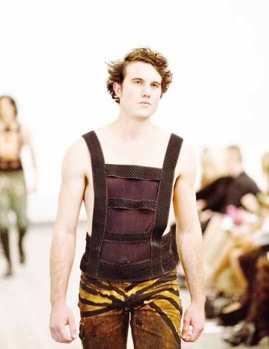 Mens standard couture canottiere personalizzati, in semitrasparente e shapewear per stringere la cintola e mostrano la pelle negli spazi lusinghieri.