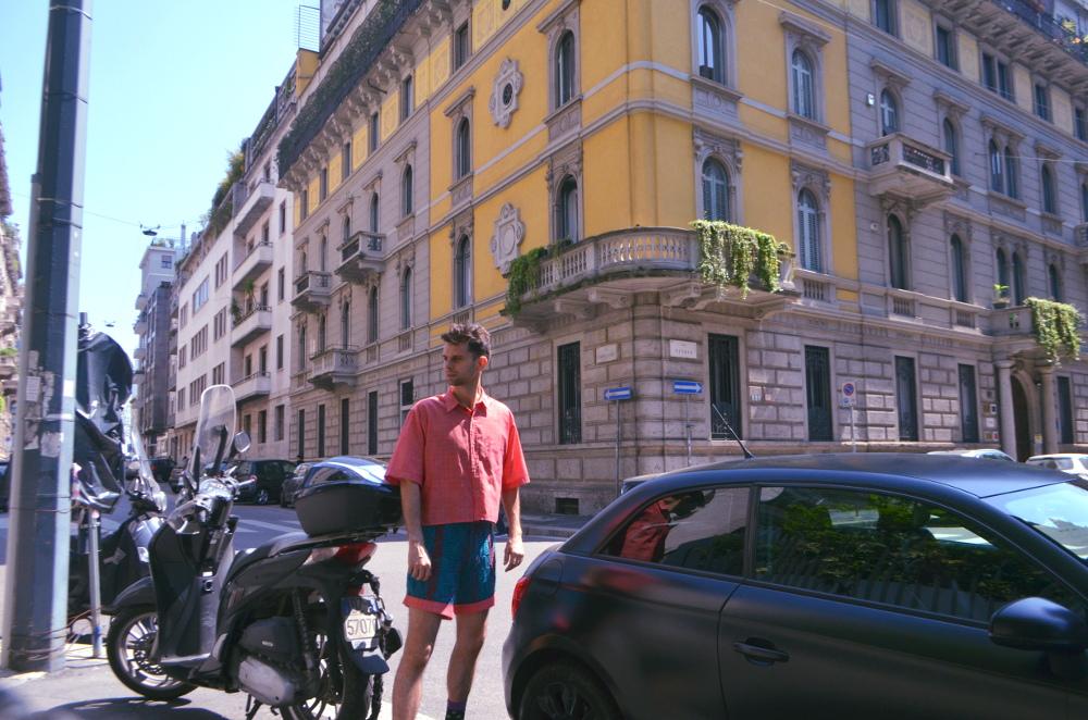 Cal Garcia su Milano Streetstyle in maglieria colorate pantaloncini.