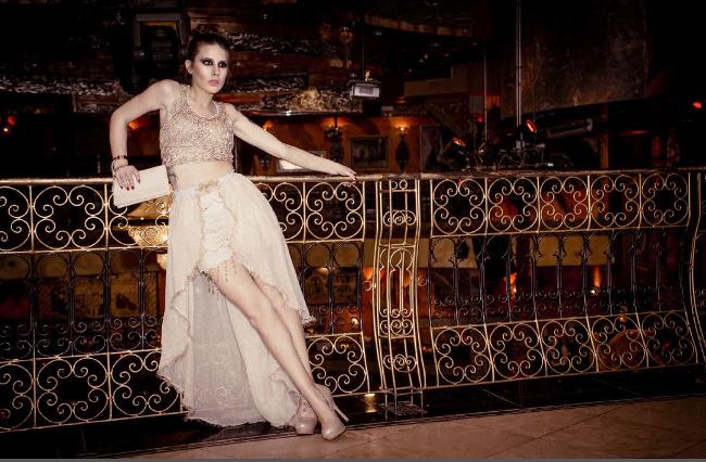 Gli elementi di seta, cachemire, e Swarovski in questo vestito, in combinazione con il design mediorientale fanno di questo resort pezzo un must-have da Spagna Moda, Miami, a Dubai!