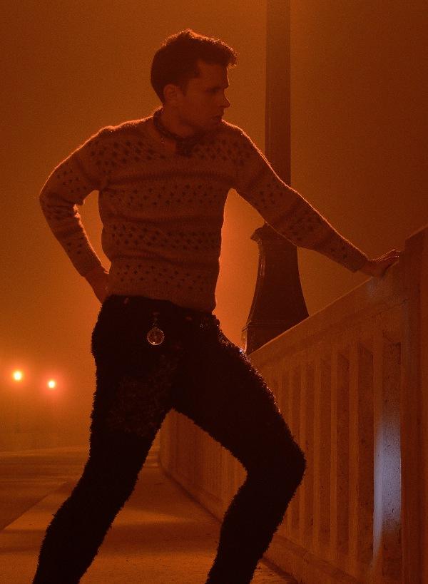 Look 2 Foto 2: a mano a maglia maglione Couture Isole Fiera.  Faux Mongolian mano Agnello maglia pantaloni a maglia in fibre naturali.  A mano a maglia pelle di cervo cintura di utilità steampunk.  Firma GSB cravatta di pelle.