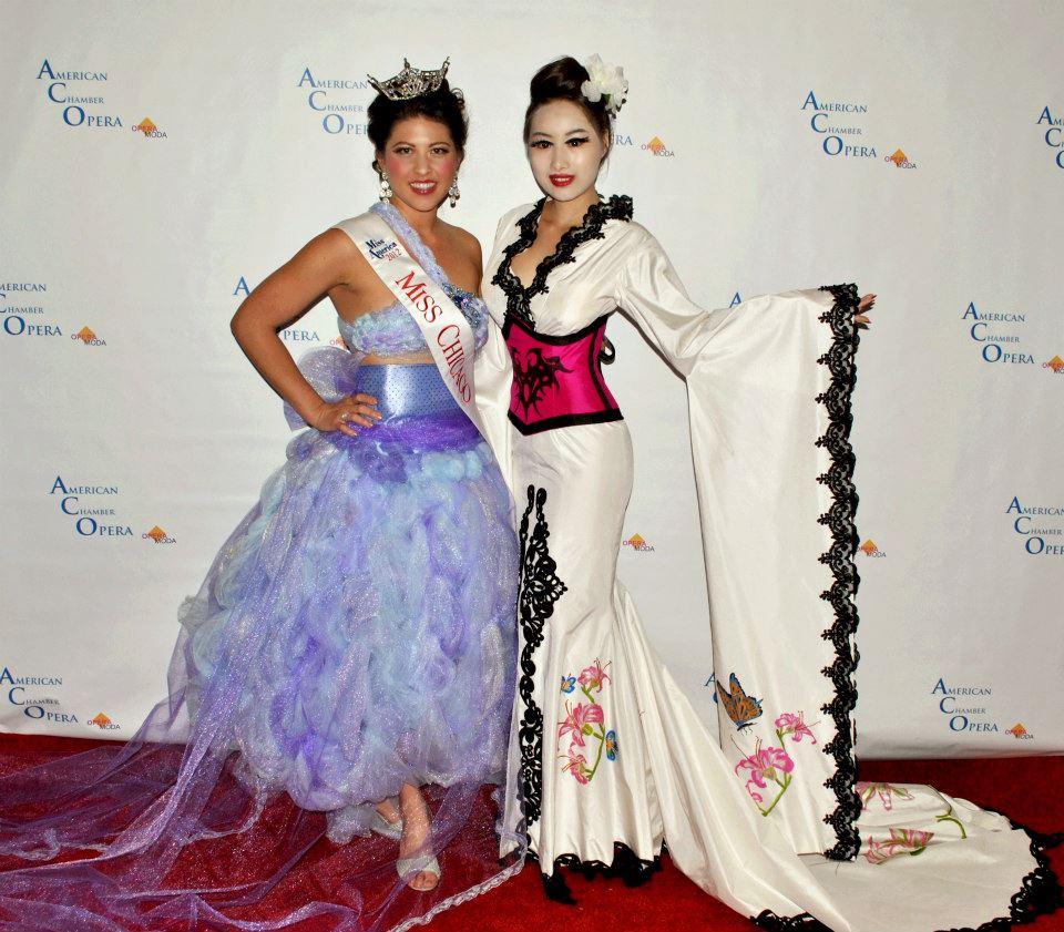 Miss Chicago 2012 en un vestido j-na courure por la alfomra roja.