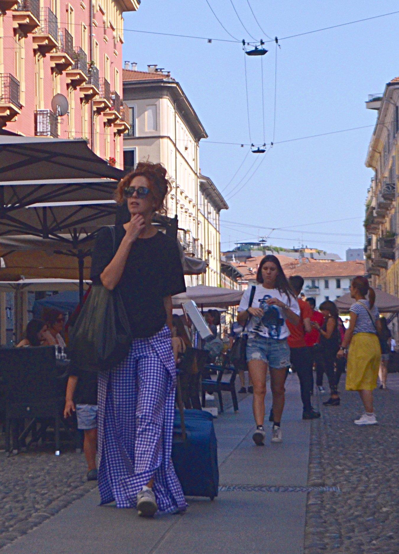 Milano streetstyle elegante e colorata, matura ma alla moda. Amiamo il blu e il bianco e il mantello. Questo è super!