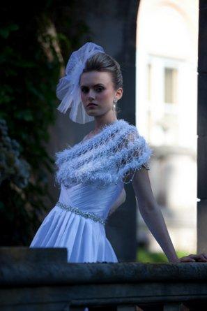 Hoy en día la modestia es la mejor política en la novia. Un j-na costura abrigo lo tiene cubierto.