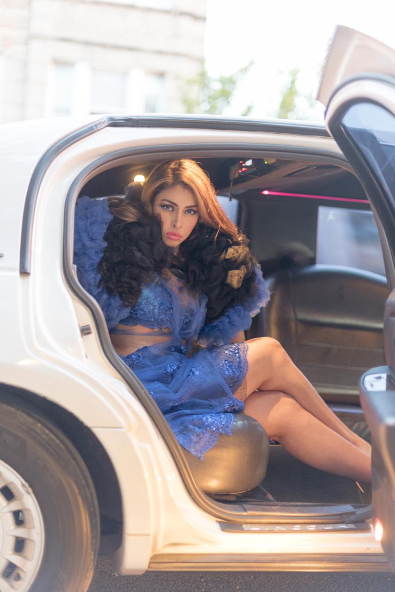 Cocktaildress Cobalt Blue Macreme con ombelico esposto. Abbinato a bolero oversize in tulle intrecciato. J-na Couture sviluppa tutte le nuove tecniche originali nella manipolazione del tessuto.