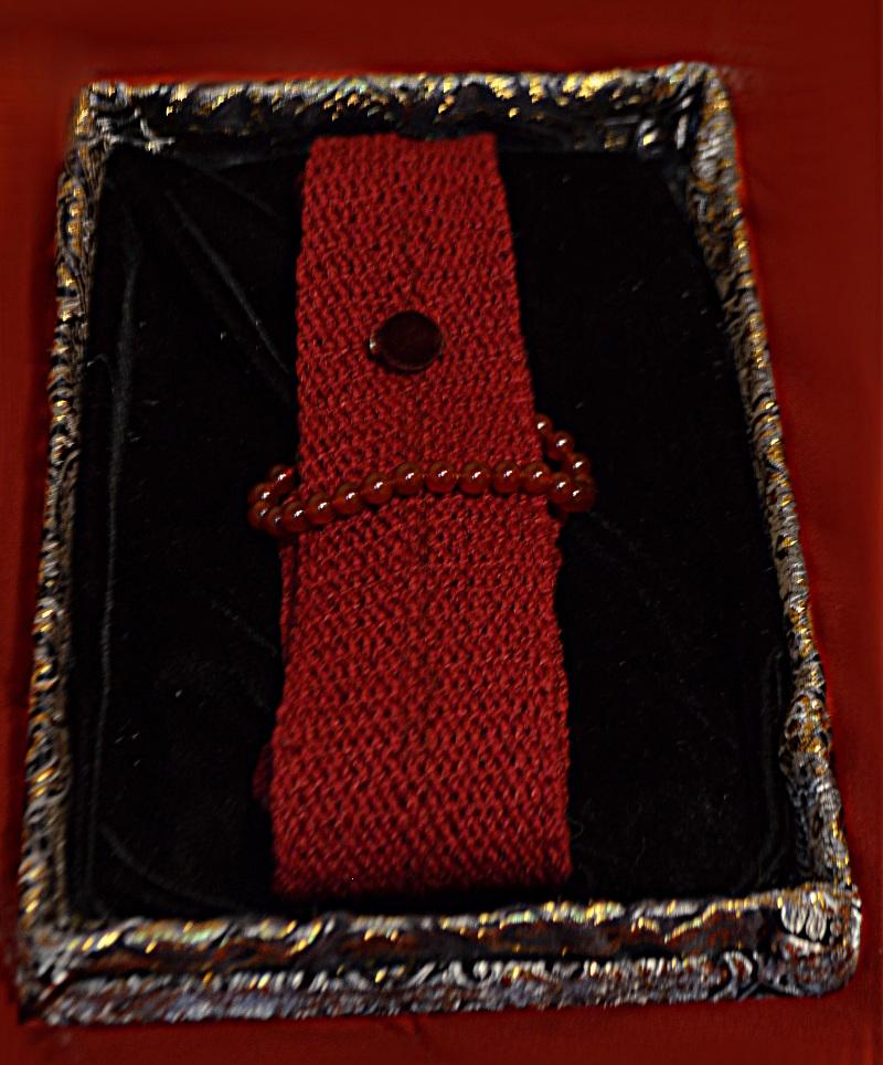 Mano a misura di cravatte a maglia e bracciali, materiali lux che hanno un'interfaccia discreta wearable, per gli uomini che non piacanno copiare che si sentano bene a sostenere una causa.