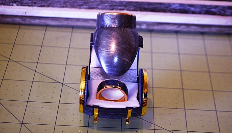 Acero de Damasco forjada a mano anillos de oro de 24 K para el diseño de encargo mientras que la última edición limitada duran. Para el Tech afficionado y la moda conciente hombre.