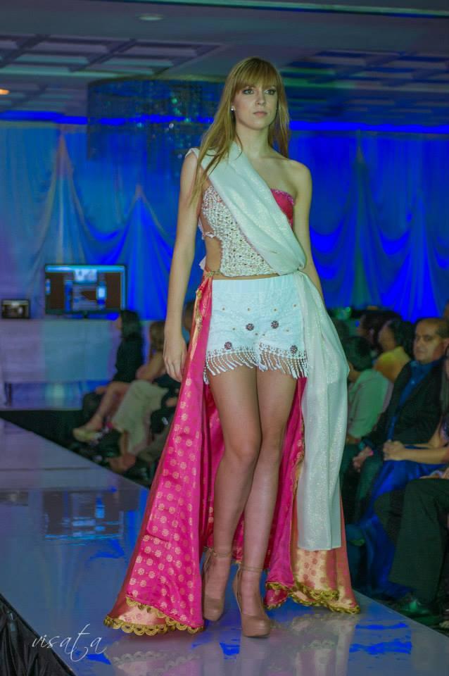La misma falda Eco-Spa Couture tratta la piel cuando e puesta y ahora cuando se coloca en el cuerpo. Innovado por j-na couture Chicago IL.