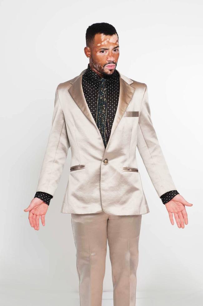 El traje de alta costura que Silver Surfer usaría mientras que da su ensayo habla sobre el futuro de la humanidad. Use modas personalizado que te hace cómodo es su propia piel.