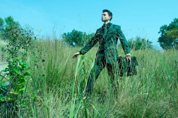 Suit Eco-Couture con cravatta a mano fibre naturali tessute in pace con la natura.