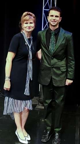 Cal e J-na in la notizie di Chicago facendo promozione per la Opera in j-na couture.