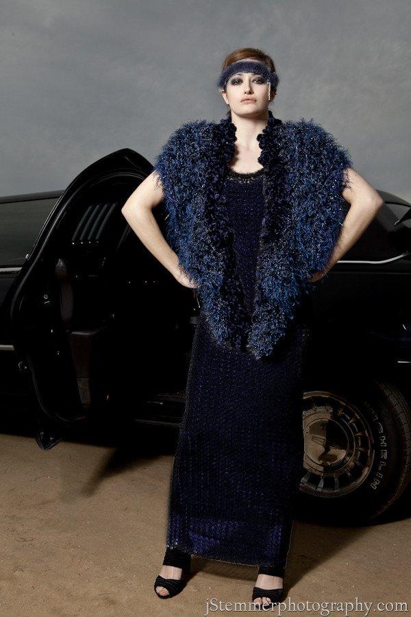Cappotto Couture blu ornato di piume di pavone e pietre
