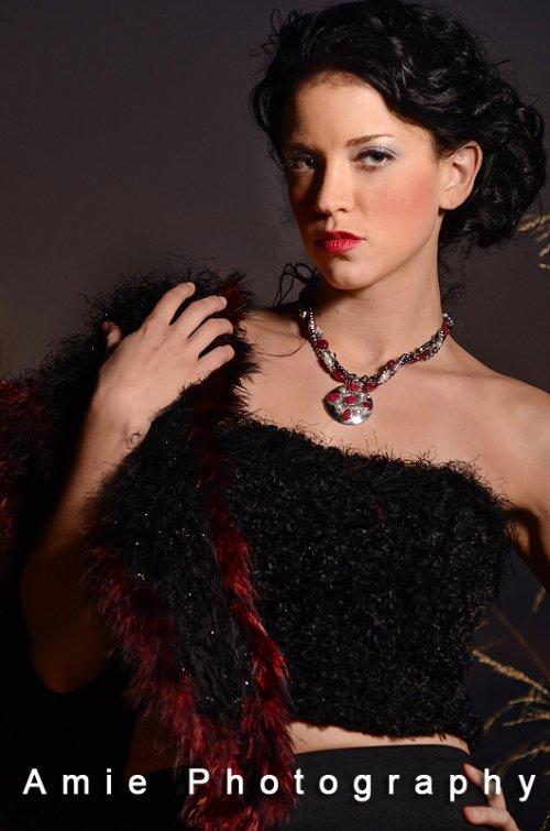 Un torsione di rubini, perle e cristalli Swarovski gioielli accessorio di moda .