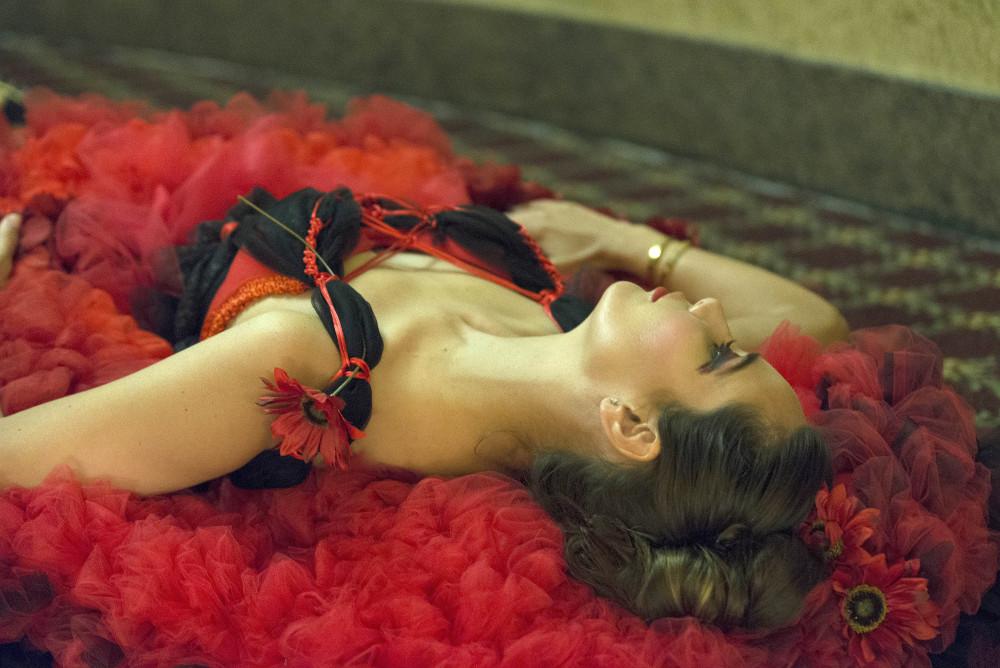 Vestido de flamenca español tradicional en tul tejido a mano inspirado por la ibis puertorriqueña, la Paraola de J-na Couture.