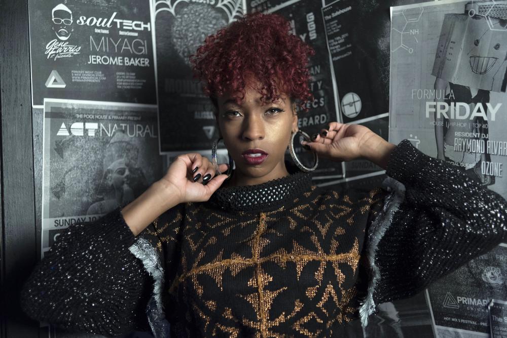 El vestido de suéter puede ser una manera segura de subir de nivel reemplazando el LBD. Estampado metálico con patrones mixtos. J-na Couture.