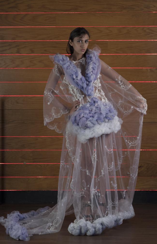 J-na Couture Wedding Gowns in tulle intrecciato con principessa in tulle intrecciato e drappeggiato. Solo su richiesta.