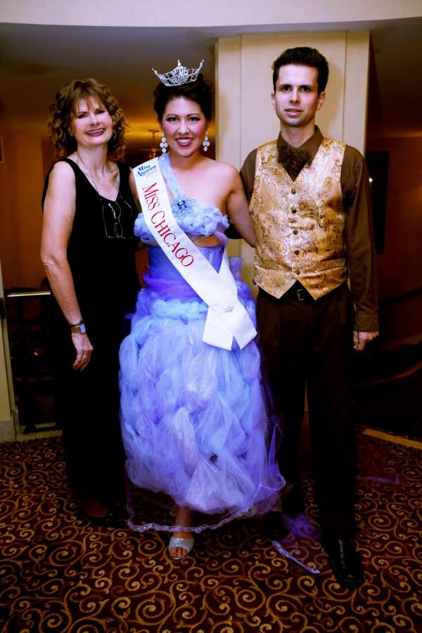 Miss Chicago 2012 Marisa Buchheit della opera con gli stilisti con Cal e J-na della j-na couture .