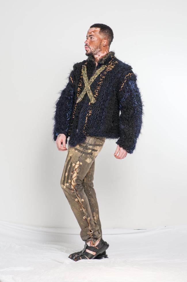 El estilo militar de lana de alpaca de neón y abrigo compasiva mano coloreada de estilo de vida de alta costura de punto negro de piel.